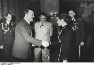 März 1941 (vl.nr.): Nicolaus v. Below, Adolf Hitler, Herman Göring, Hanna Reitsch  und Unbekannt bei der Verleihung des Eisernen Kreuzes (2, Klasse) an die Wehrmachtsfliegerin